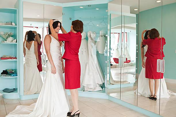 tochter versuchen auf hochzeitskleid mit mutter und tiara - hochzeitskleid über 50 stock-fotos und bilder