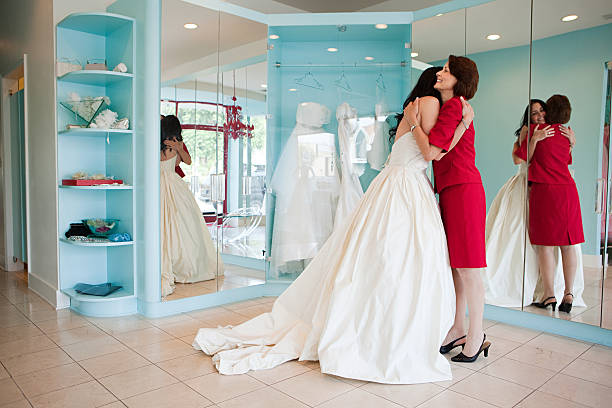 tochter versuchen auf hochzeitskleid, umarmen mutter - hochzeitskleid über 50 stock-fotos und bilder