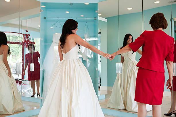 tochter versuchen auf hochzeitskleid, hände halten - hochzeitskleid über 50 stock-fotos und bilder