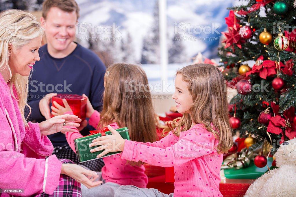 Regali Di Natale Famiglia.Genitori Figlie Offrire Regali Di Natale Albero Domattina Per Le
