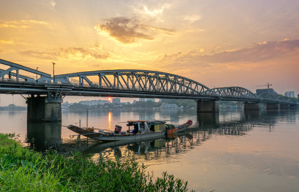 Morgendämmerung an der Trang Tien Bridge in Hue, Vietnam. – Foto