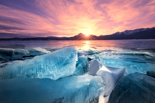 dawn breaks, ice breaks, abraham lake, alberta, canadian rockies - nord foto e immagini stock
