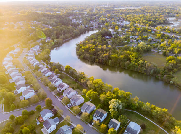 amanhecer na área de sono de uma pequena cidade com uma floresta na vista de uma altura - sol nascente horizonte drone cidade - fotografias e filmes do acervo