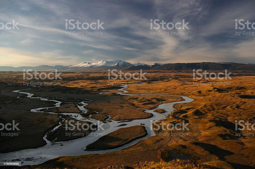 Morgendämmerung auf einer Berg-plateau mit branching white river – Foto