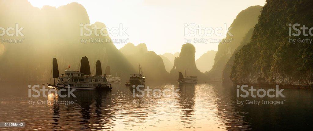 Amanecer en la Bahía de Halong, Vietnam con niebla panorama - foto de stock