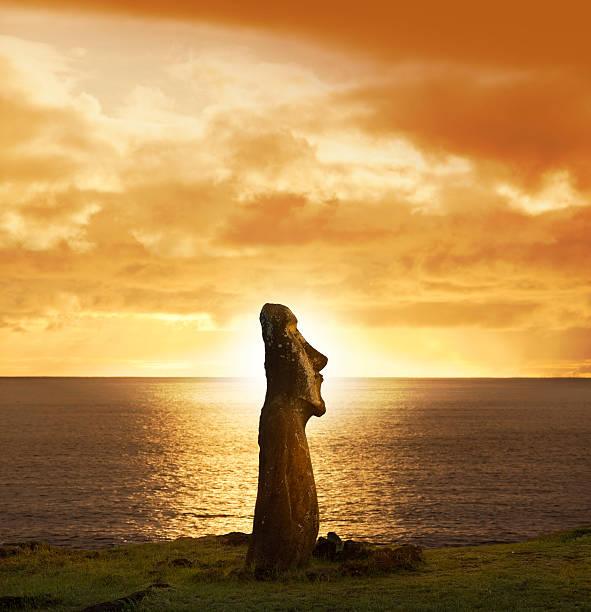 dawn über moai in ahu tongariki easter island, chile - osterinsel stock-fotos und bilder