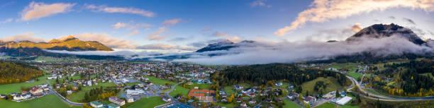 Morgendämmerung Panorama des Dorfes Reutte im Herbst mit Wolken und Bergen – Foto