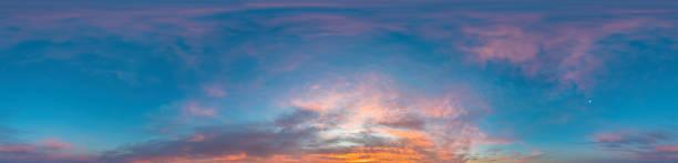 paisaje del cielo del amanecer con nubes stratocumulus en formato equirectangular esférico sin costuras como cenit completo para su uso en gráficos 3d, juego y en panoramas de 360 grados de drones aéreos para el reemplazo del cielo - 360 fotografías e imágenes de stock