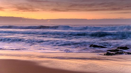 새벽 바다를 파도가합니다 0명에 대한 스톡 사진 및 기타 이미지