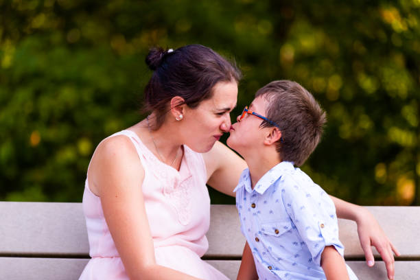 tag im familienleben mit vier kindern, die zwei unten syndrom und autismus sind - autismus stock-fotos und bilder