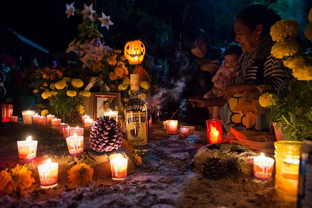 tag der toten-friedhof in oaxaca, mexiko - dekorierte schnapsflaschen stock-fotos und bilder