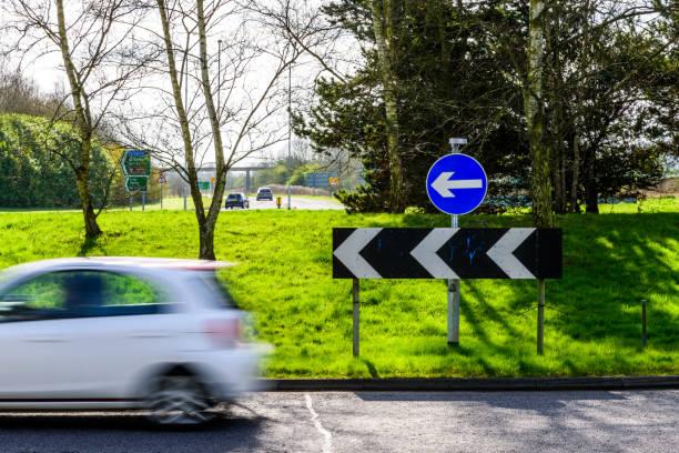 affichage quotidien de trafic intense sur le rond-point de l'autoroute de uk - rond point photos et images de collection