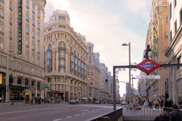 スペイン、マドリッドの通りグランビアの日ビュー - マドリード グランヴィア通り ストックフォトと画像