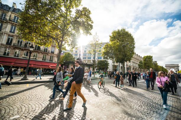 tag ohne autos in paris, frankreich - fußgängerzone stock-fotos und bilder