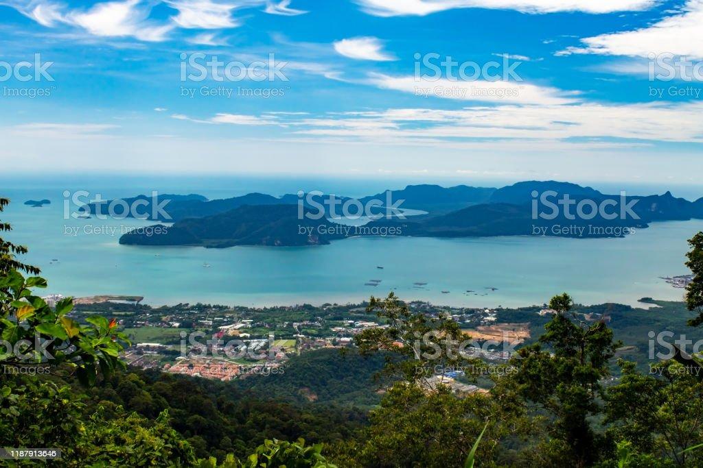 ラングカウイ島、アンダマン海、ケダ州、マレーシアの最高地点、グヌンラヤ山の頂上からダヤンバンティング島。 - アジア大陸のロイヤリティフリーストックフォト