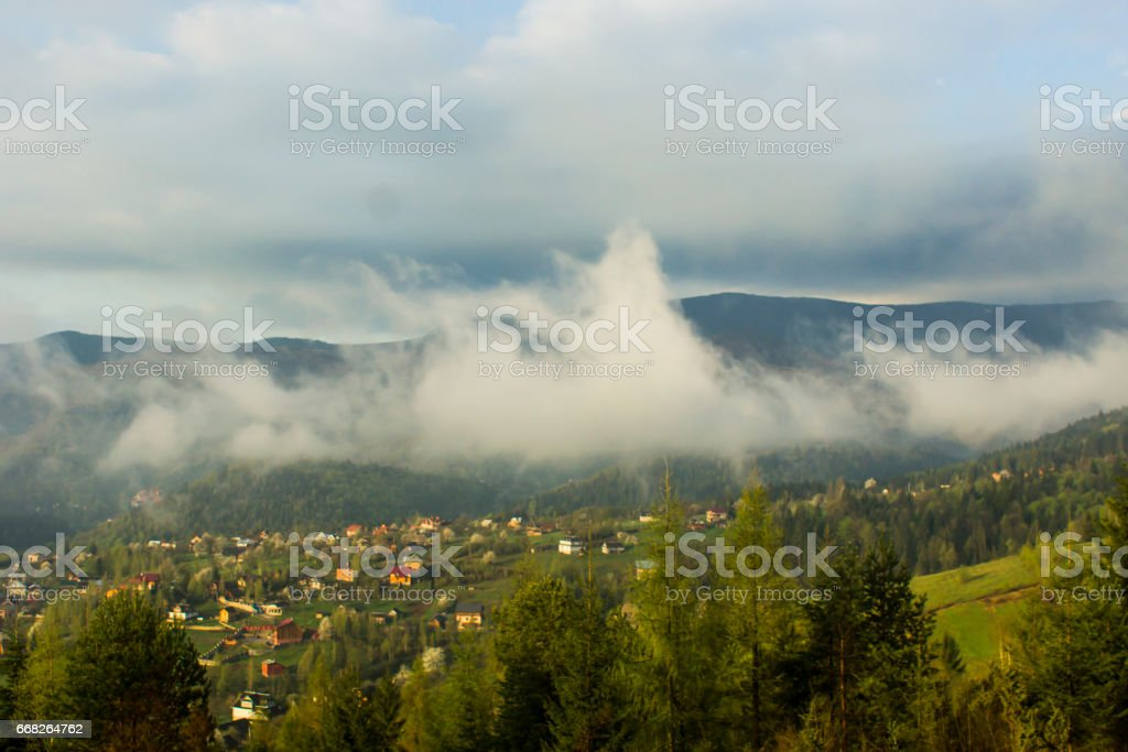 Daybreak in autumn Carpathian mountain village outskirts, Ukraine. foto stock royalty-free