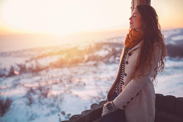 daydreamer of white expanse - winterjacke lang damen stock-fotos und bilder