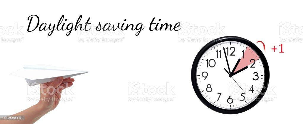 Heure d'été. HEURE D'ÉTÉ. Horloge murale à l'heure d'hiver. Transformez le temps vers l'avant. - Photo