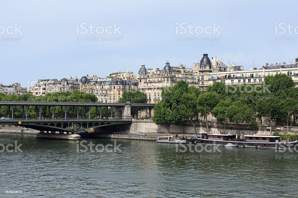 Vue de jour du Pont de Bir-Hakeim à Paris, en France. - Photo
