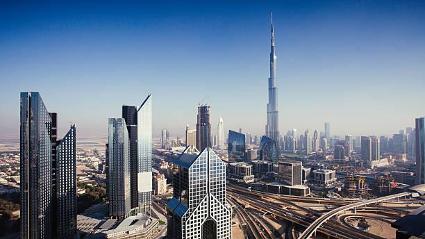 dbuai skyline mit verkehr kreuzung und burj khalifa - sheikh zayed road stock-fotos und bilder