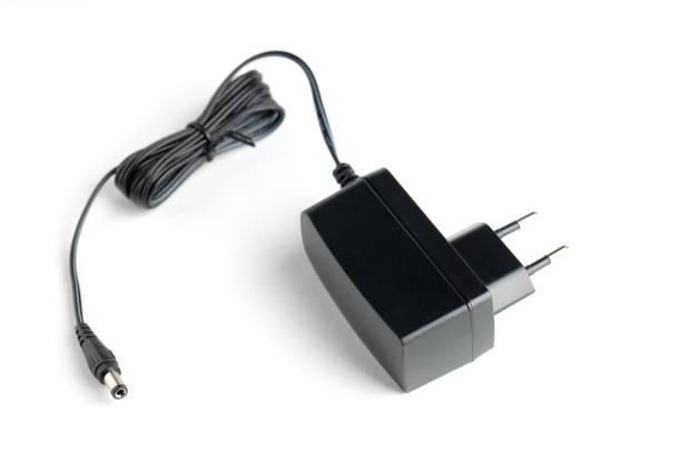 dc-netzteil auf weißem hintergrund. - adapter stock-fotos und bilder