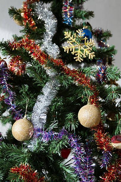 décoration, Nöel, sapin, guirlandes Gros plan sur un sapin de noël avec ses décorations. sapin noel stock pictures, royalty-free photos & images