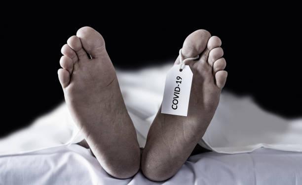 döda kroppar hängande tagg covid-19. många offer för coronavirus infekterade person död runt om i världen, svår epidemi som leder till enorma förluster under coronavirus utbrott - dog bildbanksfoton och bilder