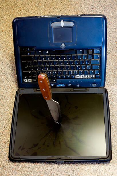 dead alten laptop: gefährliche-virus - hackmesser stock-fotos und bilder