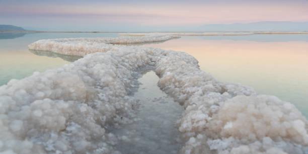 dead sea salt ribbons at sunset - morze martwe zdjęcia i obrazy z banku zdjęć