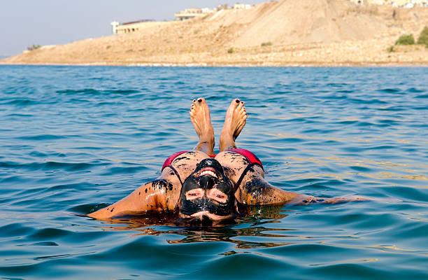 morze martwe wakacje z kobieta pływające na plecach - morze martwe zdjęcia i obrazy z banku zdjęć