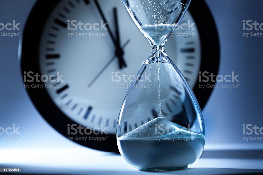 259bd9edb79 Foto de Prazo E Fora Do Tempo Timer Ampulheta E Relógio De Areia à ...