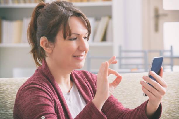 Gehörlose Frau mit Smartphone – Foto