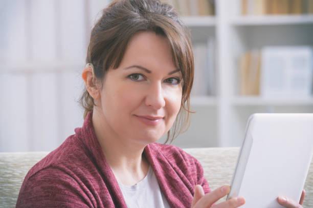 Gehörlose Frau mit Tablet – Foto
