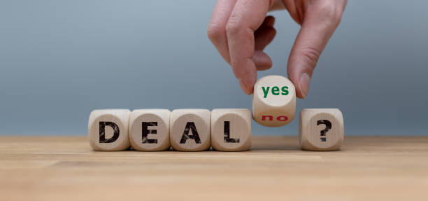 "deal or no deal? hand turns a cube and changes the word ""no"" to ""yes"". - vendere foto e immagini stock"