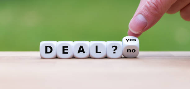 "deal or no deal? hand turns a dice and changes the word ""no"" to ""yes"". - язык знаковая система стоковые фото и изображения"