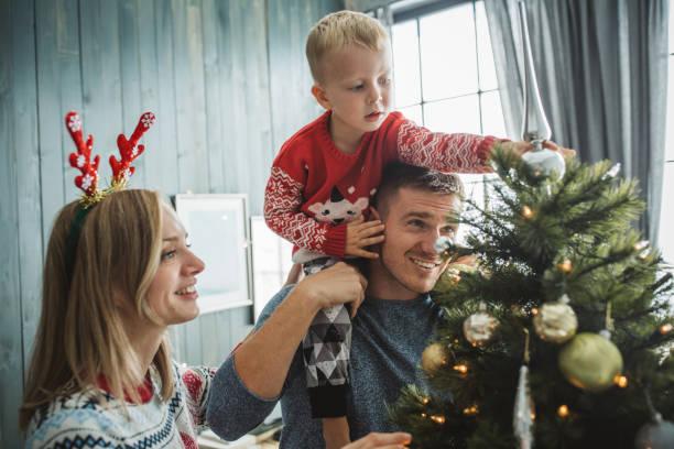 o lieve kerstmis is in de buurt van - christmas stockfoto's en -beelden