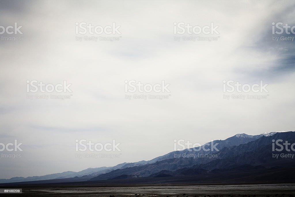 Calor a las montañas, vista panorámica del valle de la muerte foto de stock libre de derechos