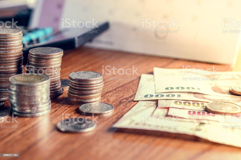 Inkasso/Forderungseinzug und Steuer-Saison-Konzept mit Termin Kalender erinnern Hinweis, Münzen, Banken, Rechner auf Tisch – Foto