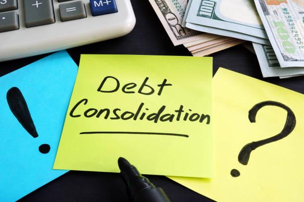 schuldenkonsolidierung, die von hand geschrieben und geld. - fusionen und übernahmen stock-fotos und bilder