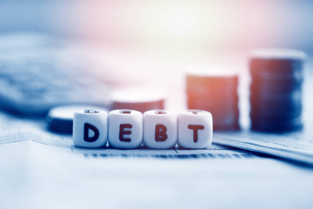 tarjeta de crédito de deuda y pila de monedas de dinero / aumento de pasivos de la consolidación de la deuda de exención de crisis financiera y problemas de riesgo de interés de préstamos de gestión de negocios - deuda fotografías e imágenes de stock