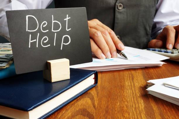 firma de ayuda de la deuda y trabajador en la oficina. - deuda fotografías e imágenes de stock