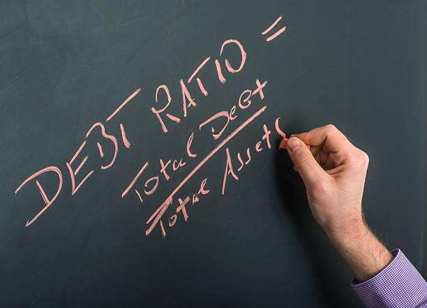 Schulden Verhältnis auf Tafel mit hand – Foto