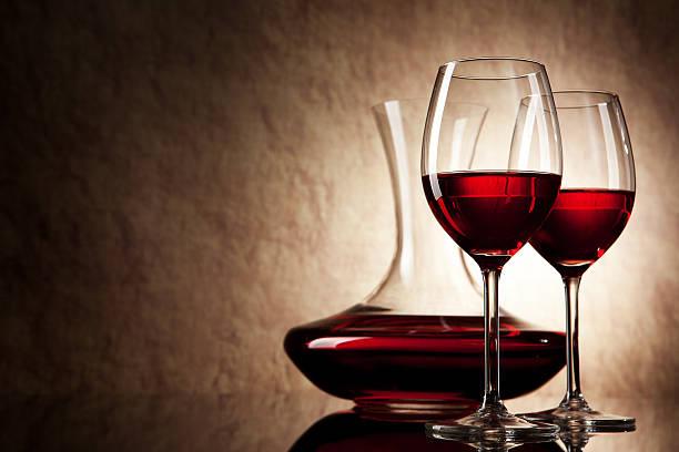 Dekanter mit Rotwein und Glas auf einem alten Stein-Hintergrund – Foto