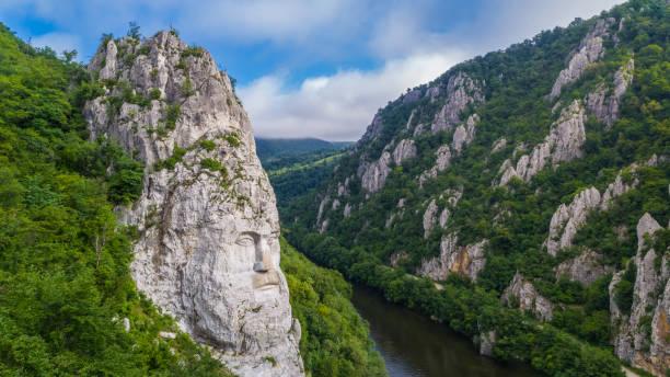 decebal 머리 바위 조각 - 카르파티아 산맥 뉴스 사진 이미지