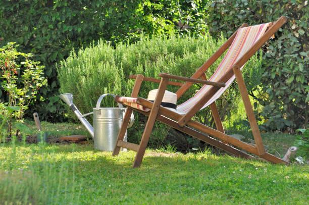 Silla reclinable en el jardín - foto de stock