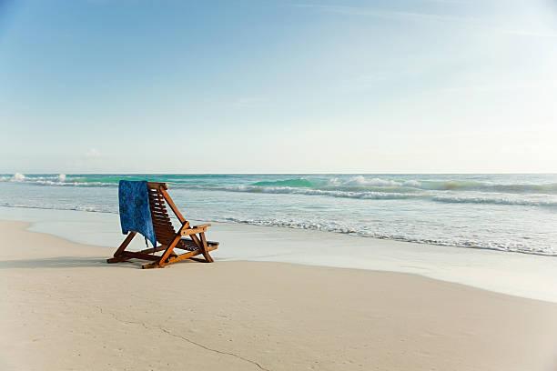 Liegestuhl am Sandstrand im water's edge