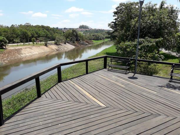 Deck de madeira às margens do Rio Sorocaba stock photo