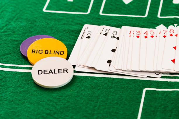 baraja de cartas de póquer en una casa de apuestas - foto de stock