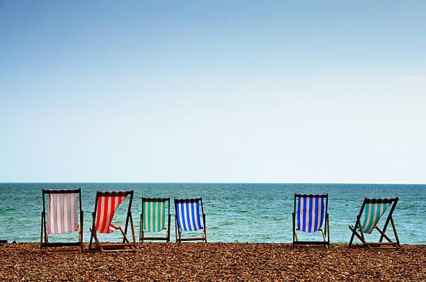 Liegestühle am Strand von Brighton – Foto