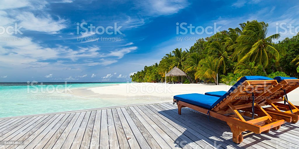 deckchairs on jetty - foto stock